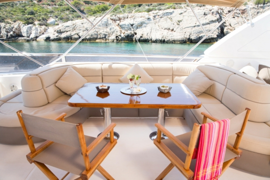 Motor Yacht Vogue - flybridge dining